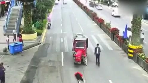 女子闲庭信步横穿马路,被摩托撞飞倒地
