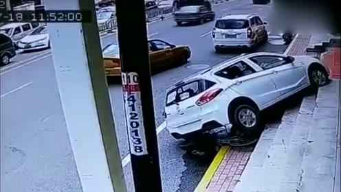 女车主驾车一个转弯撞倒路人,新手上路防不胜防!