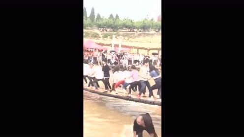 游客们一起玩吊桥,结果最后发现黑衣男子才是高手!