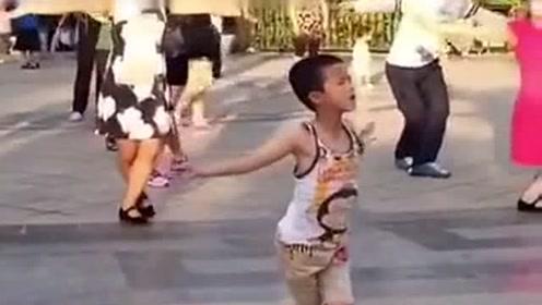 小男孩混迹在大妈中跳广场舞,舞姿妖娆过分抢镜