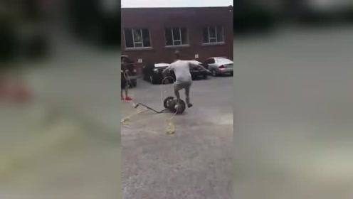 国外两男子制服失控平衡车,结果却让人笑喷了