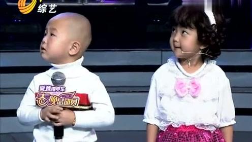 这两个小萌娃太惹人爱了,主持人捉弄的停不下来,太萌了!