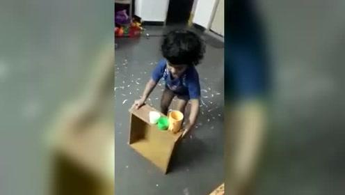 小宝宝在假装玩零食贩卖机游戏,想象力丰富