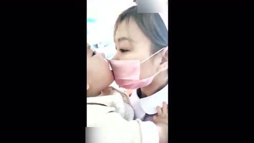 这个小婴儿太可爱了,这么小年纪都知道亲近护士姐姐!