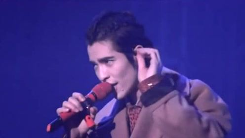 萧敬腾演唱《新不了情》,他刚一开口,台下歌迷就跟着合唱