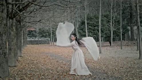 身材高挑的小姐姐翻跳古风舞动,翩翩起舞甚是好看