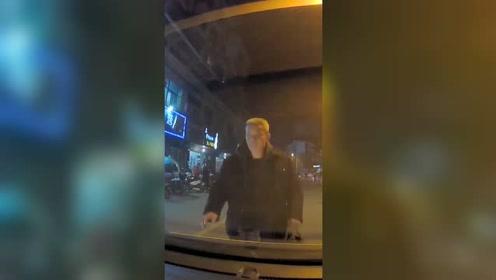 大爷扒车盖拦路碰瓷,司机:我有行车记录仪