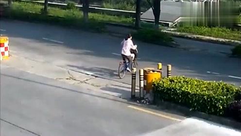 单车女子向右看了一眼,还是选择要冲过去,瞬间被撞飞!