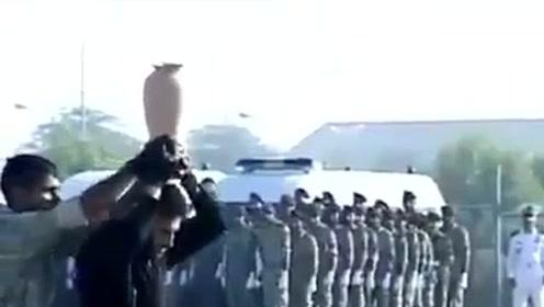 国外军队大练兵表演踢陶罐,硬生生的演成了小品,领导都坐不住了