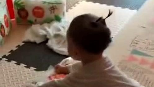 宝宝帮妈妈做家务,走起路来跌跌撞撞,样子太萌了
