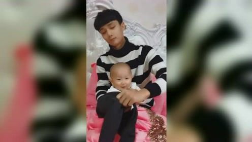 小鲜肉奶爸给宝宝穿衣服,宝宝一脸不情愿,网友:穿的是衣服吗?