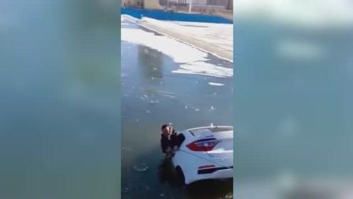 男子开车接妻子车辆失控冲入河中,人被救起车冻水里