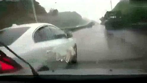 白色轿车自认为车技厉害,各种挑衅动作,最后一幕太解气!