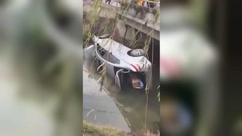 两车相撞致一车坠河 过路民警第一时间跳河救人