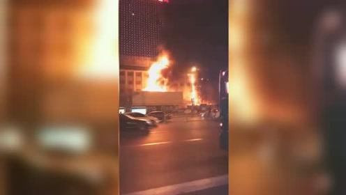 突发!山东大学齐鲁儿童医院附近楼体着火 现场火势冲天浓烟滚滚