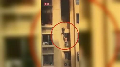 青岛一小区高楼26层起火,2居民徒手攀爬外墙逃生
