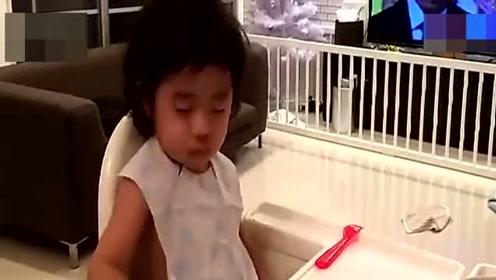 双胞胎萌娃吃饭对打瞌睡,网友:吃饭睡觉两不误!