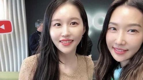 """韩国51岁美女牙医""""容颜不老"""" 与女儿合影常被误认为姐妹"""