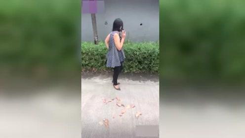 一男子假装拿走了女子的手机,让女子惊慌失措,真有趣啊!