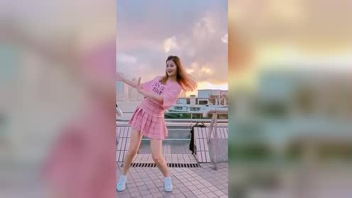 最近这个视频火了,可爱美女桥边跳舞,网友:这舞姿好可爱!