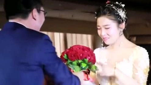 婚礼现场这个新郎可真皮,新娘被逗得又哭又笑,爱情莫过于此吧