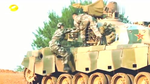 刘昊然终于如愿以偿坐上了心心念念的坦克了!开心得像个孩子!