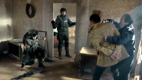 不要对恐怖分子放下枪,那队和杨灿都放下了枪,什么情况呢?