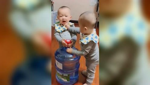 双胞胎因为一桶水打了起来,都奶凶奶凶的,弟弟的反应太可爱了!