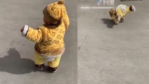 这就是爸爸带出来的娃,走个路都能翻跟斗,看一次笑一次!