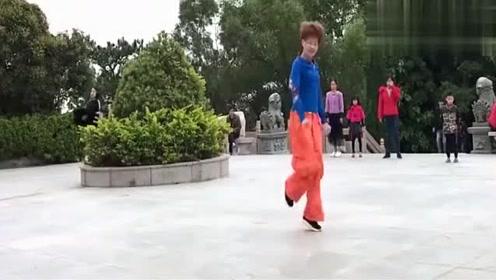 广场舞《妹妹不哭》,舞步飘逸轻盈,大家一起来跳舞吧!