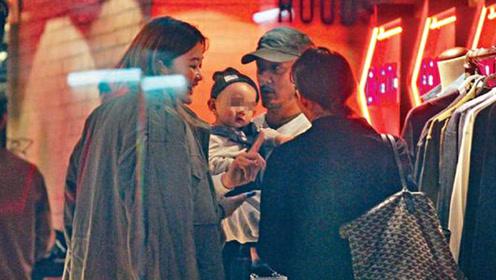 余文乐带妻儿逛街享父子乐 十月爱子神似妈妈