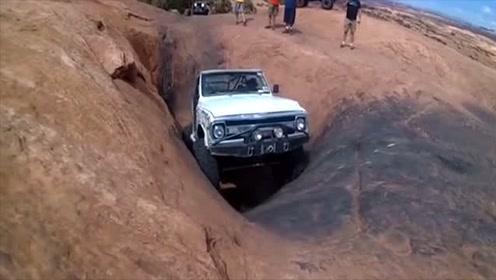 越野车开入深坑,一脚油门霸气就开始了,不愧是越野车
