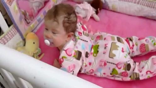妈妈准备去叫小宝宝起床,没想到宝宝早就醒了,热的一头汗