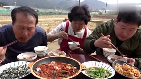 一家人围坐在一起吃炖鱼和泡菜料理,就算不好吃的饭也变得超美味