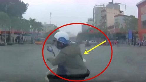 摩托女子载着孩子出车祸,视频拍下惊险全过程!结局让人没想到