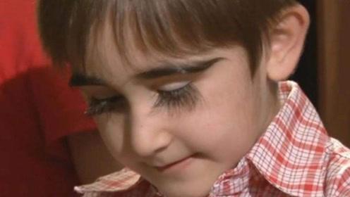 俄罗斯小男孩,眼睫毛长4.3厘米,能碰到嘴唇,让女人羡慕!