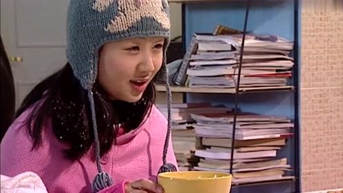 刘星吃饭时打了个喷嚏,嘴里的油条竟然直接喷到了小雪碗里,太恶心
