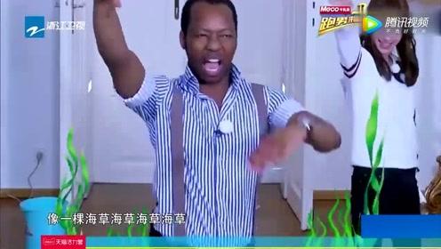 杨颖不愧当红艺人,现场跟外国人跳海草舞,全场看愣了