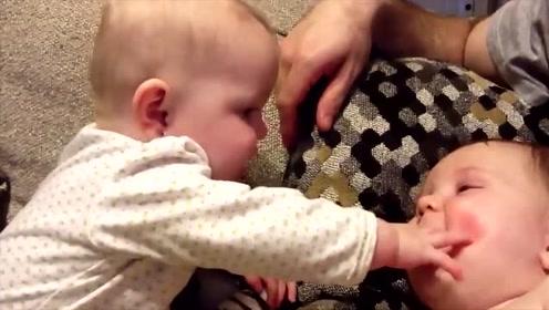 龙凤胎宝宝坐在沙发上玩,接下来妹妹的动作逗得哥哥咔咔大笑不停