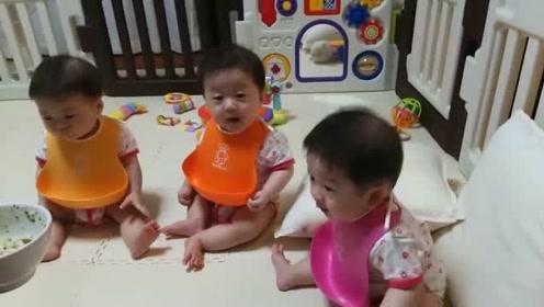 爸爸给三胞胎喂饭,三个小家伙围坐一圈眼巴巴等着喂,太可爱的了