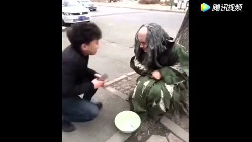 现在乞丐要钱的方式也升级了,你看这位大哥是咋要钱的?