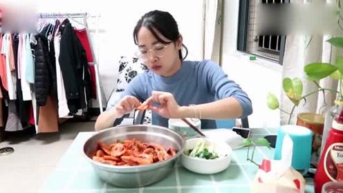 """打工妹晚饭做海鲜,两斤大虾加辣椒,比""""王婆大虾""""还过瘾!"""