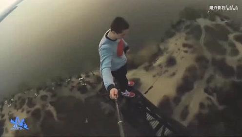 小哥爬上铁塔最高处,俯瞰地上风景