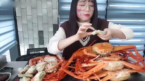 妹子去海鲜美食节吃大餐,点了七八只雪蟹,吃起来像不用钱一样