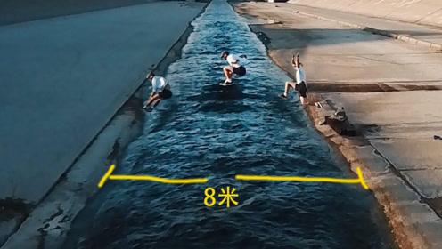 不参加奥运会跳远真可惜,8米宽的河一下就跳过去,脚下装弹簧?