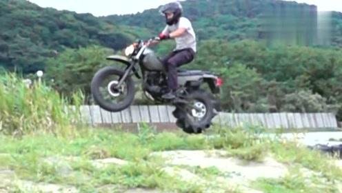 少年给摩托车换上一个巨轮 车子腾空起来的时候 帅帅的
