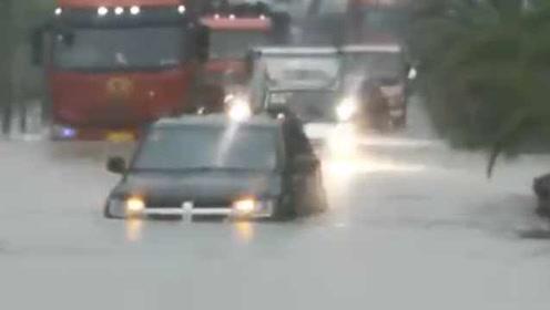 福建龙岩暴雨伴冰雹,路上积水没过车身