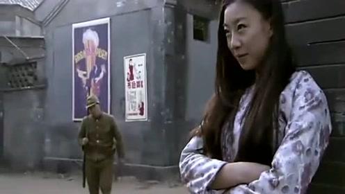 敌军士兵看到小姑娘都不走了,结果下一秒他就惨了!