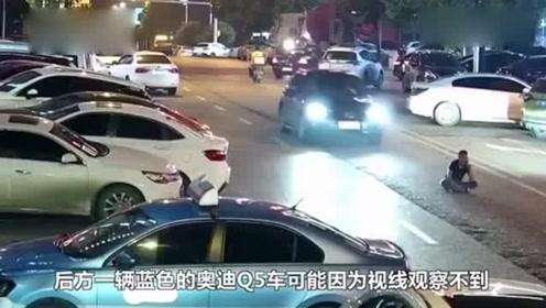 男子酒后坐马路中间被奥迪碾压 车主下车查看忘拉手刹又压一次