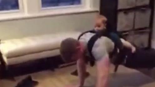 有爱一幕:爸爸锻炼身体,宝宝参与其中